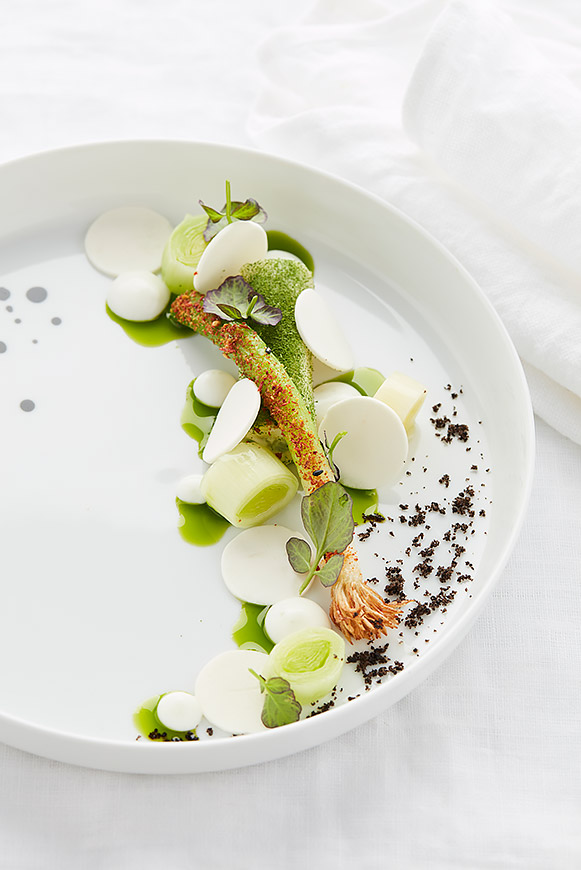A recipe by Castor – Maarten Bouckaert: Young leeks grown in the field – Pur Natur yogurt – Parisian mushrooms
